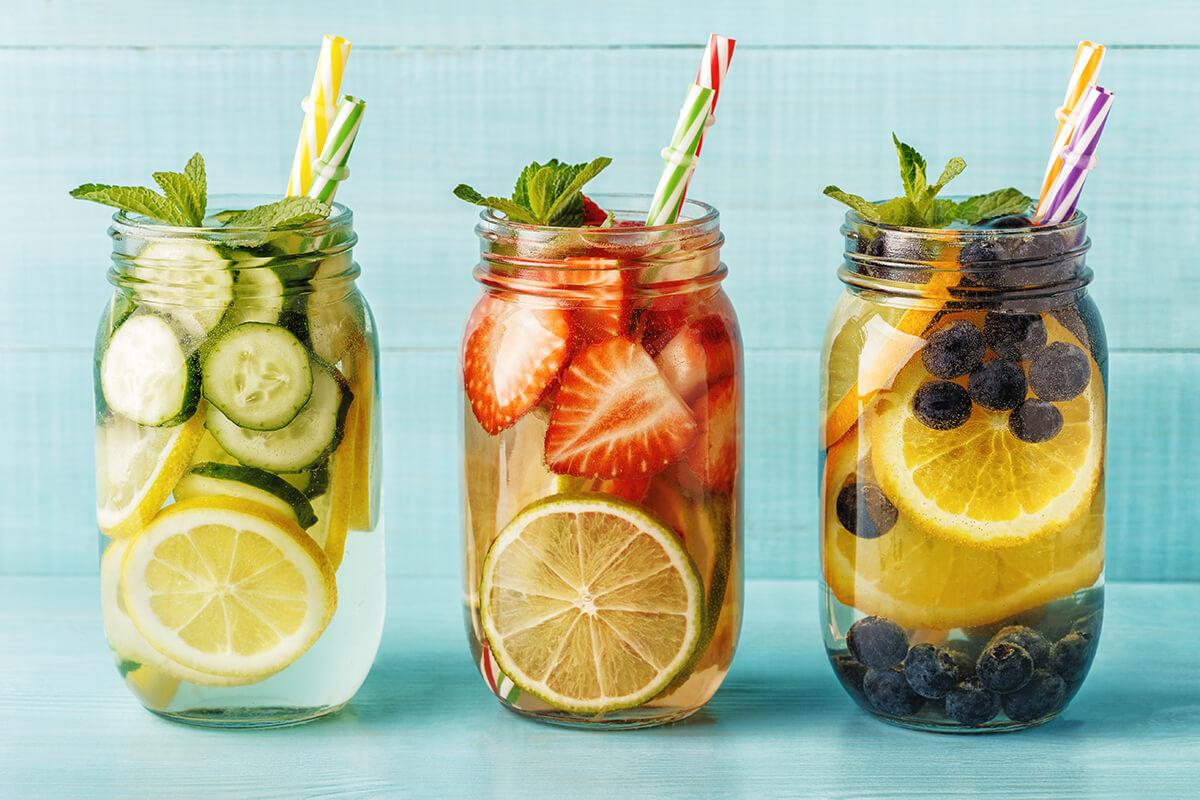 Az egészséges frissítő italok segítenek biztosítani a folyadékbevitelt