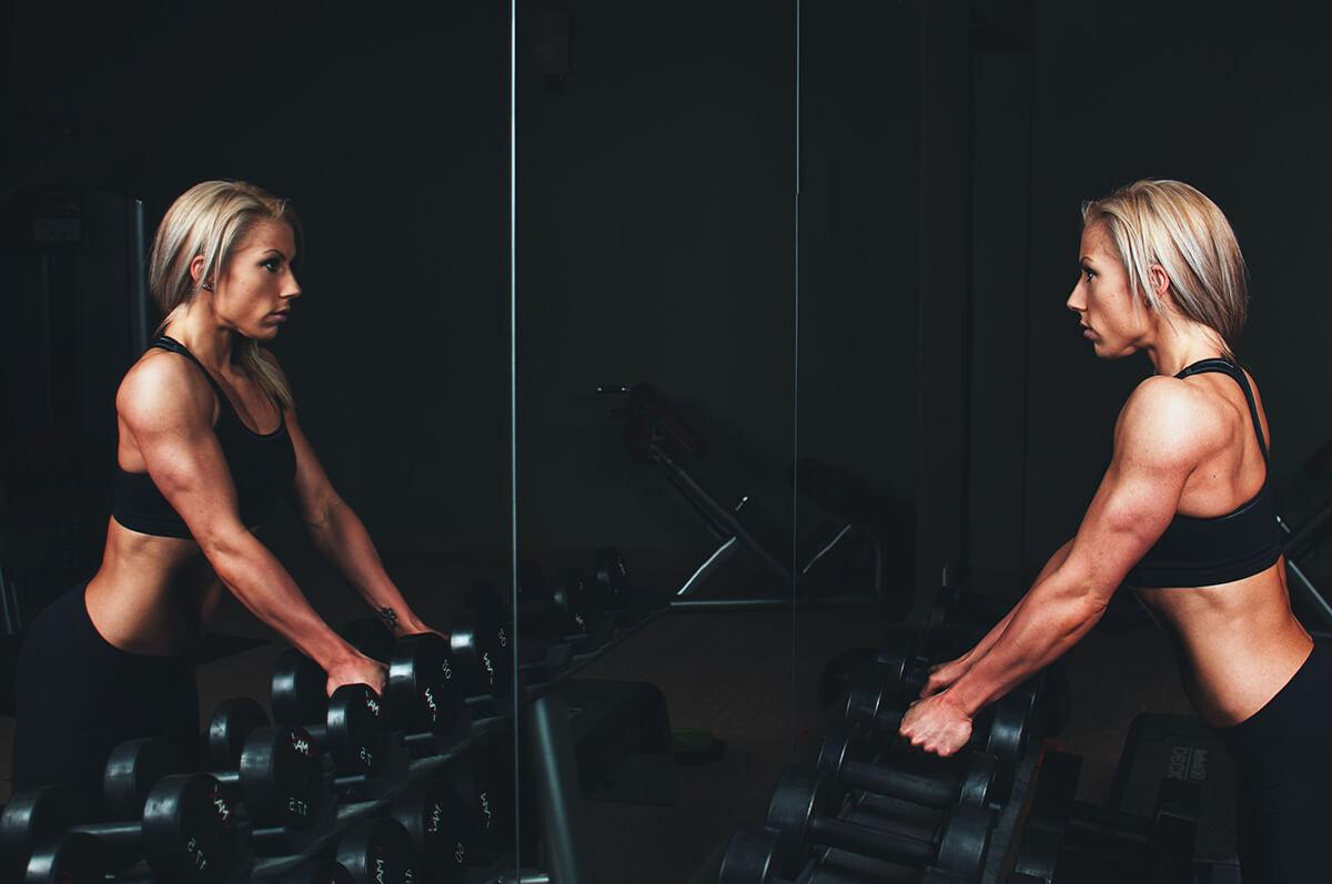 A súlyzókkal végzett gyakorlatok segítenek, hogy a masszőrök fittek maradjanak